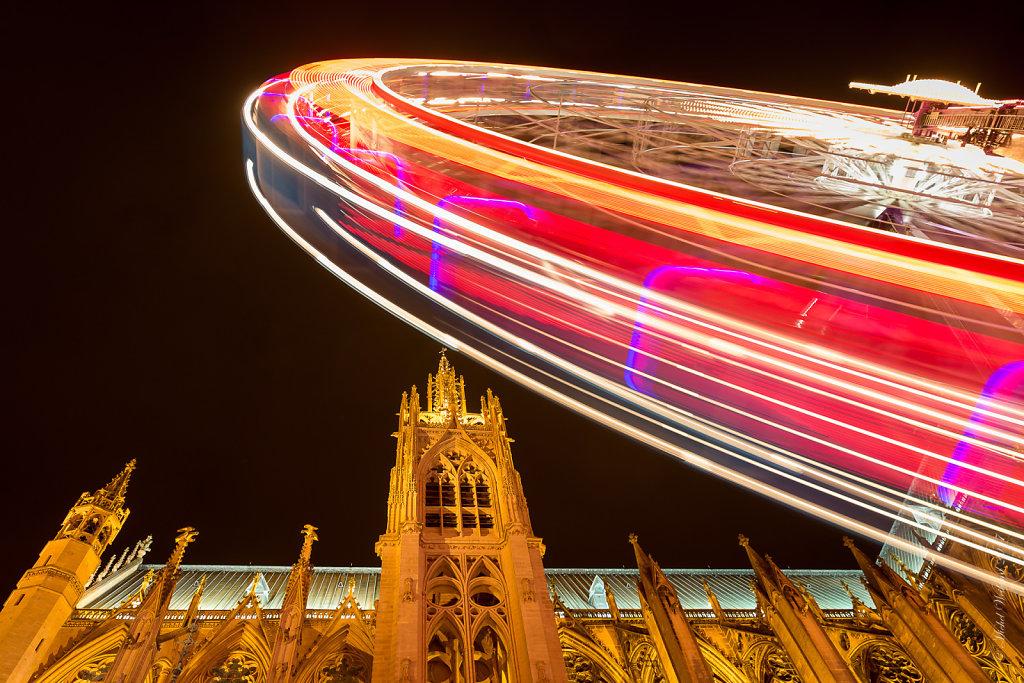 F07 : La Cathédrale Saint-Etienne et la grande roue de Noël sur la Place d'Armes